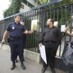Des militants LGBT arrêtés par la police française devant l'ambassade de Russie